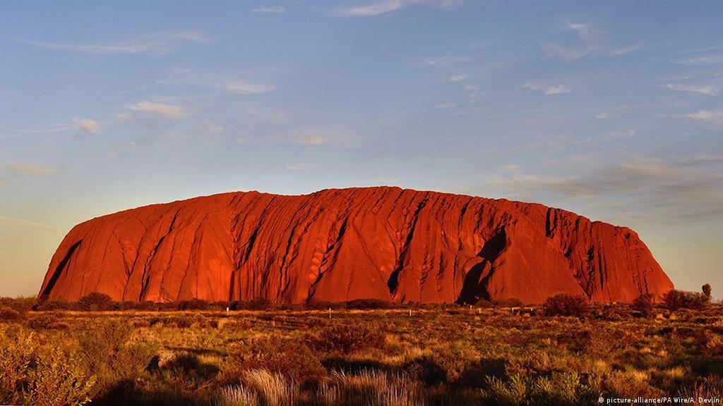 Australia bans tourists from climbing Uluru | News | DW | 01.11.2017