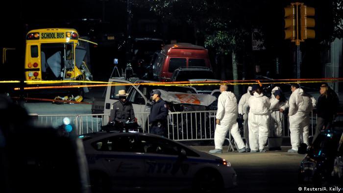 Forensiker untersuchen nach dem Anschlag den Tatort