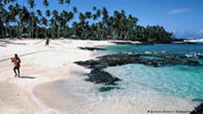 Samoa Angler am Paradise Beach auf Upolu (picture-alliance / Bildagentur Huber)
