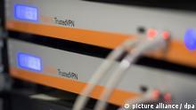 Ein Servermodul, das Verbindungen via Trusted VPN unterstützt, ist am 21.07.2014 in einem Serverrraum im Zentrum für IT-Sicherheit in Bochum (Nordrhein-Westfalen) zu sehen. Über ein sogenanntes Virtual Private Network (VPN) kann eine sichere, getunnelte Verbindung zu einem entfernten Netzwerk aufgebaut werden. Foto: Matthias Balk/dpa | Verwendung weltweit
