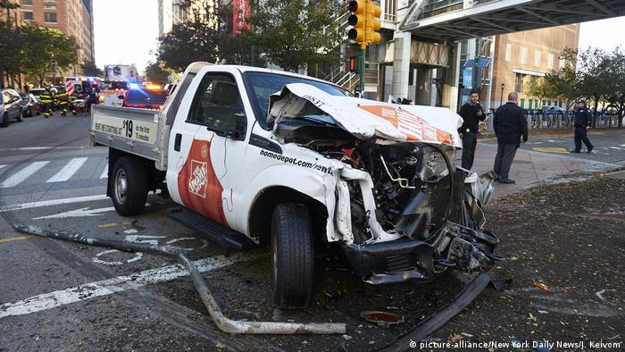 New York attack destroyed car (picture-alliance/New York Daily News/J. Keivom)