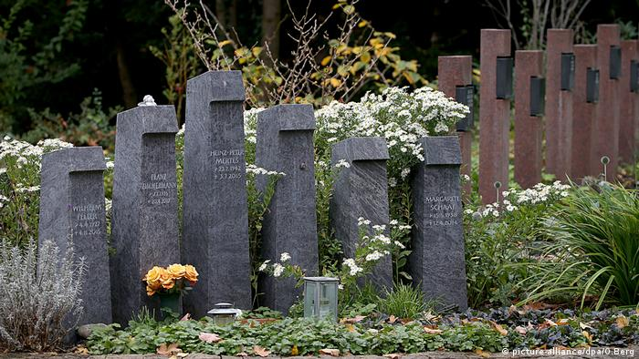 Cologne cemetery with headstones (picture-alliance/dpa/O.Berg)
