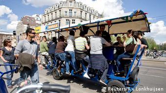 Niederlande, Amsterdam, Touristen radeln, während sie Bier trinken und Karaoke auf einem Bierrad singen (Reuters/R.v.Lonkhuijsen)