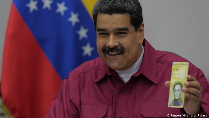 Nicolás Maduro apresenta a cédula de 100 mil bolívares em 01/11/2017