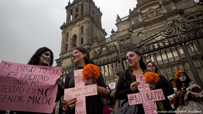 Mexiko Tag der Toten Frauen Protestmarsch Femizid (picture-alliance/AP/R. Blackwell)