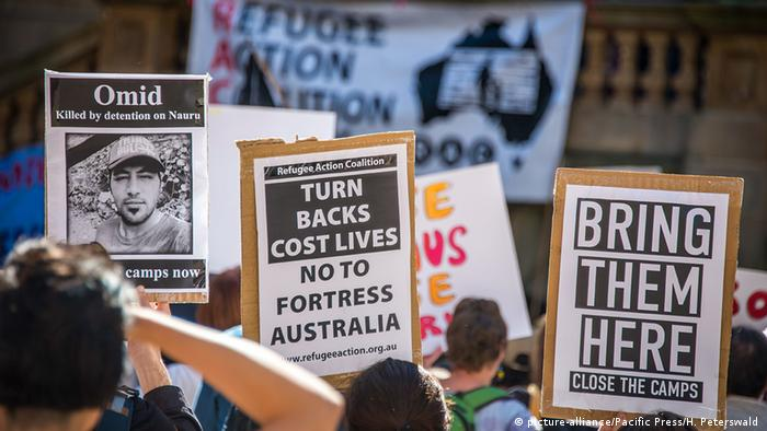 Protesters in Australia hold signs against turning back asylum seekers and holding refugees on Nauru and Papua New Guinea (picture-alliance/Pacific Press/H. Peterswald )