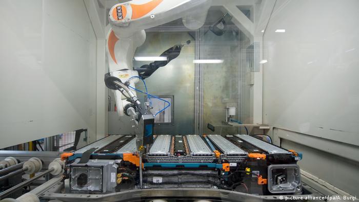Ein Roboter in der Produktion von Batterien für E-Autos. Die Daimler-Tochter Deutsche ACCUmotive baut bei Dresden Lithium-Ionen-Batterien für E-Autos selber Deutsche ACCUmotive