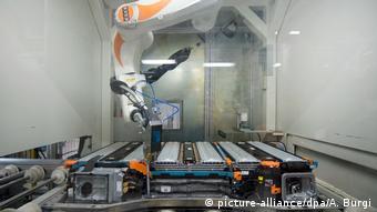 Автоматизированное производство батарей на заводе компании Accumotive в Каменце