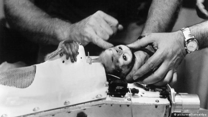 گوردو اولین میمونی که در سال ۱۹۵۸ به فضا پرتاب شد متاسفانه از این سفر جان سالم به در نبرد. در آزمایش بعدی که در روز ۲۸ ماه مه سال ۱۹۵۹ با دو میمون به نامهای میس بیکر و آبل صورت گرفت، این دو میمون به مدت ۹ دقیقه در وضعیت بی وزنی و خلا قرار گرفتند.