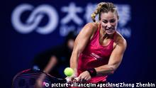 31.10.2017 *** Angelique Kerber of Germany returns a shot to Anastasia Pavlyuchenkova of Russia in the Group D of the women's singles during the Hengqin Life WTA Elite Trophy Zhuhai 2017 tennis tournament in Zhuhai city, south China's Guangdong province, 31 October 2017. Anastasia Pavlyuchenkova opened her campaign at the Hengqin Life WTA Elite Trophy on Tuesday with a win over one of her most frequent rivals. The No.4-seeded Russian used her powerful game to defeat former World No.1 Angelique Kerber of Germany in three sets for the third consecutive time this season, with a 6-3, 3-6, 6-2 victory on Tuesday. Pavlyuchenkova becomes the first player in the Rose Group to post a win in the round-robin portion of the event. Foto: Zhong Zhenbin/Imaginechina/dpa |