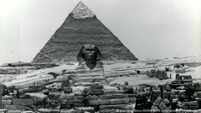 Black and white photo of the sphinx and the Cheops Pyramid (picture-alliance /ZUMAPRESS.com/Keystone Pictures USA)