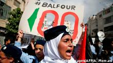 02.11.2017 *** TOPSHOT - Palestinians participate in a march on November 2, 2017, in the centre of the West Bank city of Ramallah to protest the 100th anniversary of Britain's Balfour Declaration, which helped lead to Israel's creation and the Israeli-Palestinian conflict. Palestinian president Mahmud Abbas used the occasion to denounce the declaration, writing in a newspaper opinion piece that the creation of a homeland for one people resulted in the dispossession and continuing persecution of another. / AFP PHOTO / ABBAS MOMANI (Photo credit should read ABBAS MOMANI/AFP/Getty Images) Optimiert für mobile Angebote