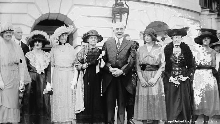 Marie Curie com o então presidente americano Warren Harding