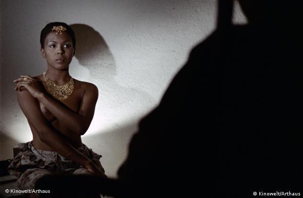 Darstellerin Catana Cayetano halbnackt mit Arm vor der Brust, im Vordergrund ein Schatten (Kinowelt)