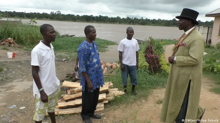 Bubaraye Dakolo with villagers (photo: DW/Jan-Philipp Scholz)