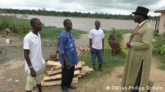 Nigeria, Nigerdelta, Bubaraye Dakolo mit Dorfbewohnern