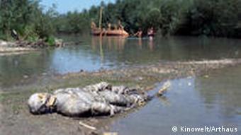 Nachgestellte Amazonas-Landschaft aus dem Film, im Vordergrund eine mumienhaft eingewickelte Person, liegend, im Hintergrund ein Schiff (Kinowelt)