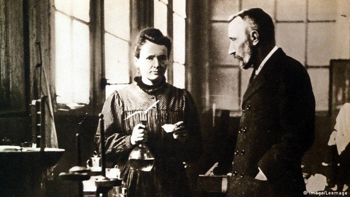 Pierre e Marie Curie no laboratório
