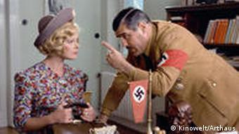 Adorf als SS-Mann in der Szene mit Elke Sommer - aus Die Reise nach Wien (Foto: Kinowelt)