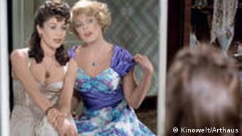 Hannelore Elsner und Elke Sommer vor einem Spiegel, sich betrachtend, in Abendgaderobe (Kinowelt)