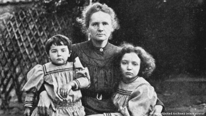 Marie Curie com as filhas Irene e Ève