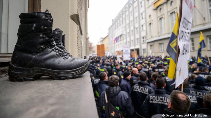 Slowenien Polizeistiefel bei Demo (Getty Images/AFP/J. Makovec )
