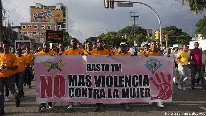 Männer demonstrieren gegen Gewalt gegen Frauen in Santo Domingo, Dominikanische Republik (picture alliance/abaca/AA)