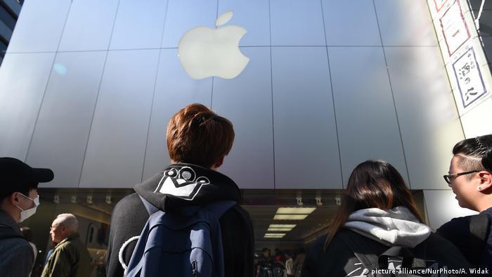 Japan Tokyo - Menschen stehen Schlange beim Applestore in Ginza zum Iphone X Verkaufsstart (picture-alliance/NurPhoto/A. Widak)