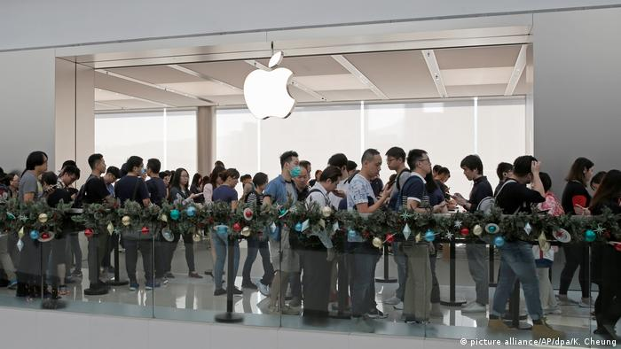 Queuing for Apple's iPhone X in Hong Kong (picture alliance/AP/dpa/K. Cheung)