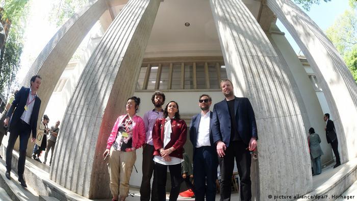 Künstlerin Hito Steyerl auf der Biennale vor dem Deutschen Pavillon