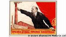 The Russian Revolution is the collective term for a series of revolutions in Russia in 1917, which dismantled the Tsarist autocracy and led to the creation of the Russian SFSR. The Tsar was forced to abdicate and the old regime was replaced by a provisional government during the first revolution of February 1917 (March in the Gregorian calendar; the older Julian calendar was in use in Russia at the time). In the second revolution, during October, the Provisional Government was removed and replaced with a Bolshevik (Communist) government.   Verwendung weltweit, Keine Weitergabe an Wiederverkäufer.