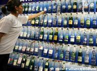 Ράφι με εμφιαλωμένα μεταλλικά νερά σε σουπερμάρκετ