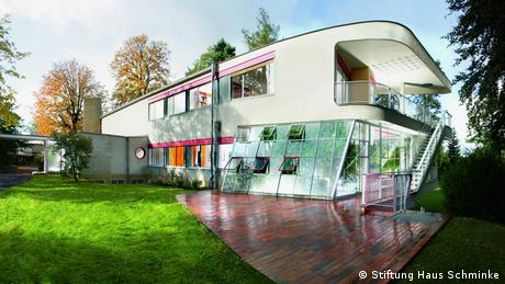 Deutsche Welle's new music talk show Night Grooves takes place in one of the most iconic buildings in the world: Haus Schminke in Löbau, Saxony. The villa was designed by architect Hans Scharoun in the 1930s for the Schminke family and is now recognized as one of the four representatives of the New Objectivity style in the world. (Stiftung Haus Schminke)