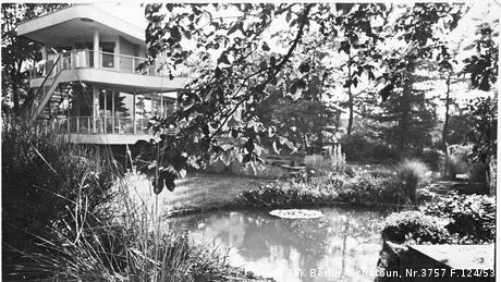 The surroundings of the house were just as important as the villa itself. The large glass windows that are characteristic of the house allowed to contemplate the garden and watch a pond where the four Schminke kids spent a lot of time swimming. (AdK Berlin, Scharoun, Nr.3757 F.124/53)