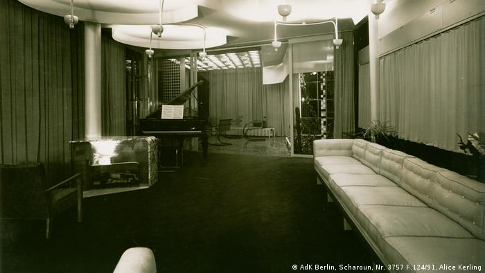 Fritz Schminke requested the villa to be a modern house for two parents, four children and one or two occasional guests. The living room was, of course, its central meeting point. The sofa, as seen in the picture, was then long enough for the whole family and several visitors. There is a replica of the original in the living room today. (AdK Berlin, Scharoun, Nr. 3757 F.124/91, Alice Kerling)