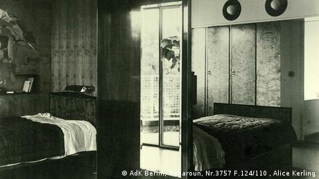The parents' bedroom is right above the indoor garden. The different positions of the two beds may seem weird, but they only reflect different preferences of the spouses: While Fritz Schminke liked the clear view of the factory chimneys, Charlotte Schminke loved the view of the garden and wanted to be awakened by the rising sun. (AdK Berlin, Scharoun, Nr.3757 F.124/110 , Alice Kerling)
