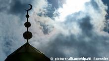 Halbmond auf dem Minarett einer Moschee