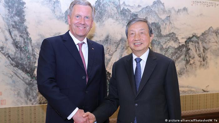 China Peking - Christian Wulff als NGO-Chef trifft sich mit Chinas Vizepremier Ma Kai (picture-alliance/Photoshot/W. Ye)
