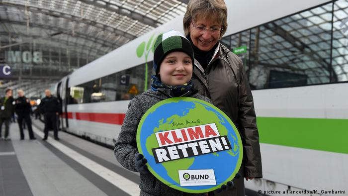 ICE-Sonderzug Train to Bonn zur 23. UN-Klimakonferenz (picture alliance/dpa/M. Gambarini)
