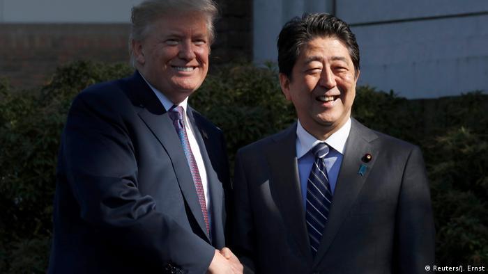 Дональд Трамп (ліворуч) і Сіндзо Абе
