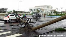 04.11.2017 +++ (171104) -- HANOI, Nov. 4, 2017 () -- An electric pole falls down in Khanh Hoa province of Vietnam on Nov. 4, 2017. Typhoon Damrey has claimed at least 11 human lives and left many people missing after striking Vietnam's central region on Saturday morning, local authorities said. (/VNA)(swt) |