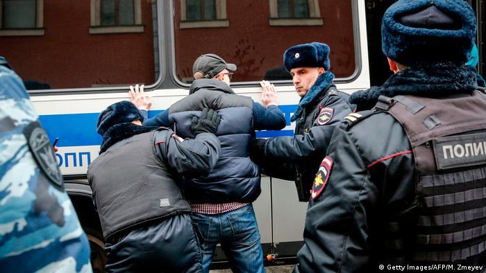 Polícia russa prende centenas em ato contra Putin