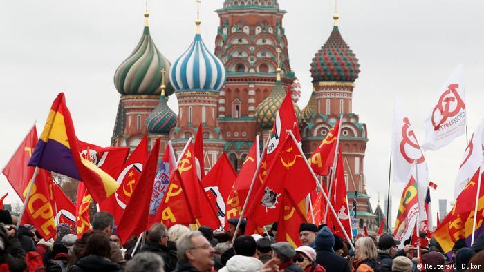 Russland Moskau - Unterstützer der Kommunistischen Partei am Lenin Mausoleum (Reuters/G. Dukor)