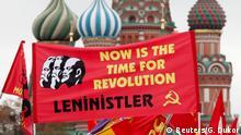 Russland Moskau - Unterstützer der Kommunistischen Partei am Lenin Mausoleum
