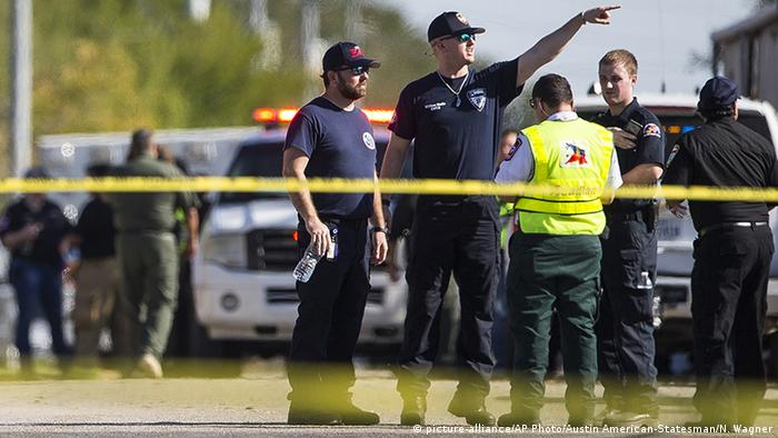 Law enforcement officials work the scene of a fatal shooting at the First Baptist Church in Sutherland Springs, Texas (picture-alliance/AP Photo/Austin American-Statesman/N. Wagner)