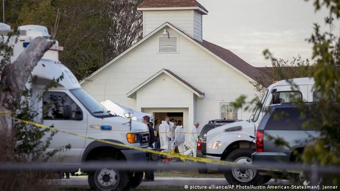 Investigators work at the scene of a mass shooting at the First Baptist Church in Sutherland Springs, Texas (picture-alliance/AP Photo/Austin American-Statesman/J. Janner)