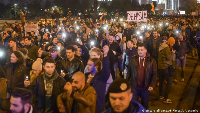 Protesters shine their lights while marching in the streets of Bucharest (picture-alliance/AP Photo/A. Alexandru)