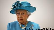 ARCHIV - Die britische Königin Elizabeth II besucht am 15.06.2017 eine Grundschule in London (Großbritannien). In den Dokumenten der «Paradise Papers» sollen Berichten zufolge auch Vermögenswerte der Queen eine Rolle spielen. (zu dpa «Paradise Papers»:Neue weltweite Steuer-Enthüllungen vom 06.11.2017) Foto: Daniel-Leal Olivas/PA Wire/dpa +++(c) dpa - Bildfunk+++  
