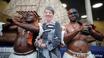 Η γερμανίδα υπουργός Περιβάλλοντος Μπάρμπαρα Χέντριξ μαζί με παραδοσιακά ντυμένους πολεμιστές από τα νησιά Φίτζι