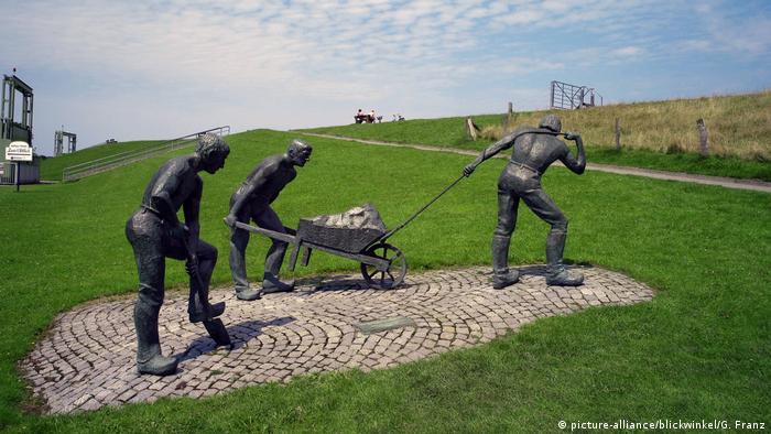 Bildergalerie Deutschland Deichbau Skulptur in Otterndorf (picture-alliance/blickwinkel/G. Franz)